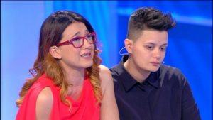 Genitori rifiutano figlia Denise a C'è Posta per Te perché sta per sposare una donna: web indignato