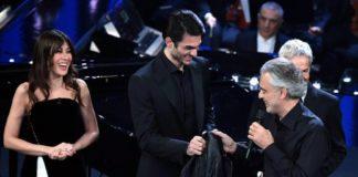 Andrea Bocelli dona al figlio Matteo la sua giacca di pelle portafortuna di 25 anni fa