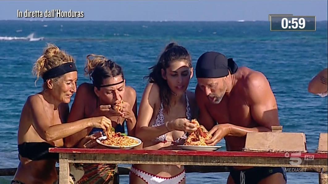 6d6f440ac549 Jo Squillo nasconde gli spaghetti nel costume all'Isola dei Famosi 2019