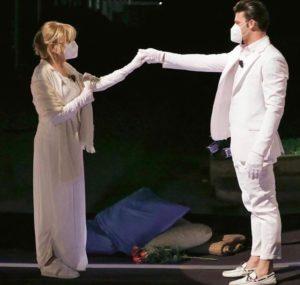 Gemma Galgani riceve regalo dalla madre di Nicola Vivarelli: si commuove e piange