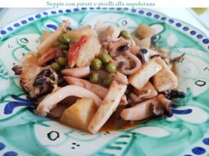 Come fare Seppie con patate e piselli alla napoletana: cosa occorre e procedimento